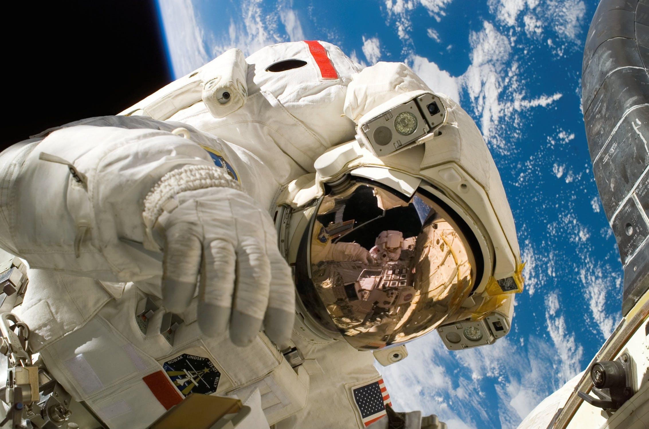 En astronaut framför Tellus